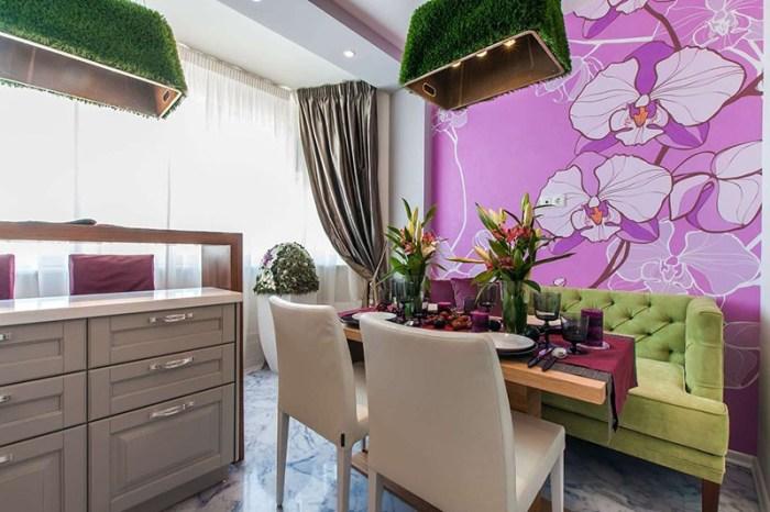 Яркие обои с розовыми цветами позади обеденного стола