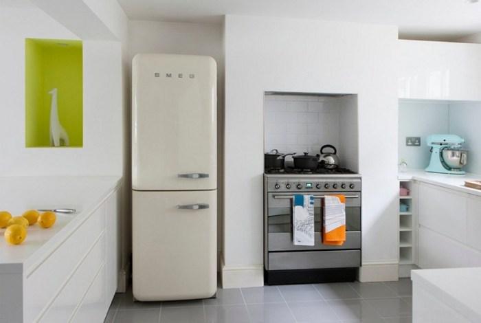 Несколько отдельных ниш вдоль одной стены: под холодильник, под плиту, под часть гарнитура, под декор