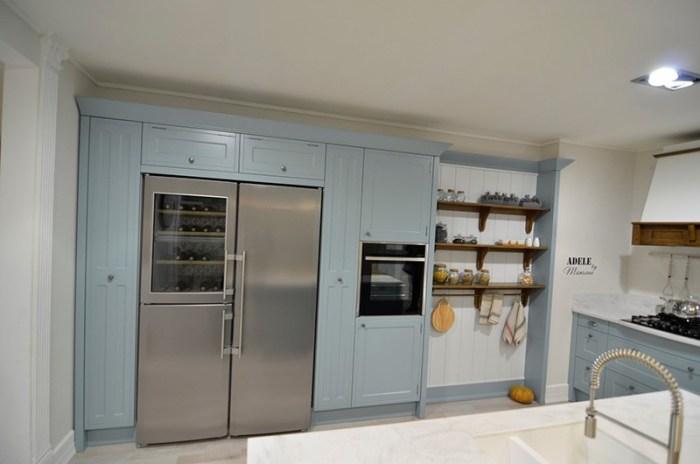 Большая ниша в которой холодильник, шкафы, духовка и полки