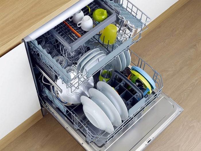 Вид сверху посудомойки с загруженными посудой 3-мя корзинами