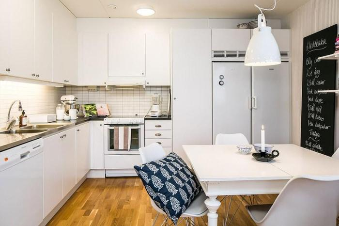 Белая кухня в интерьере с ламинатом на полу