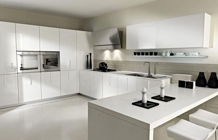 Черная стильная посуда в строгом белом помещении