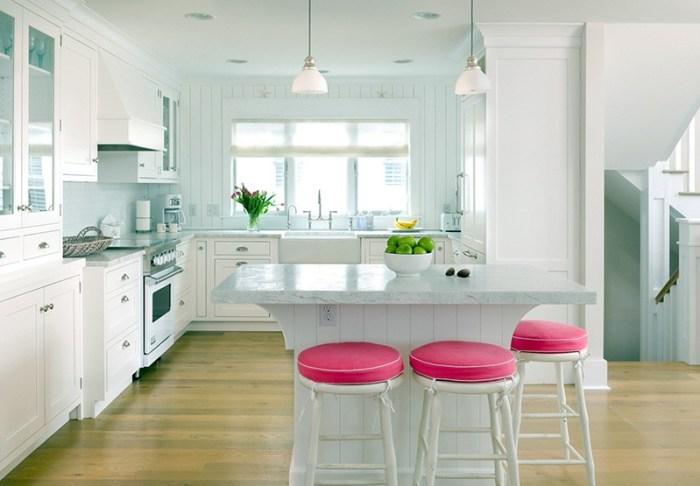 Ярко-розовые подушки на кухонных высоких табуретах