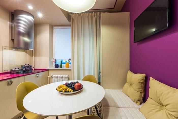 Яркая стена цвета фуксии с диваном и круглым столом