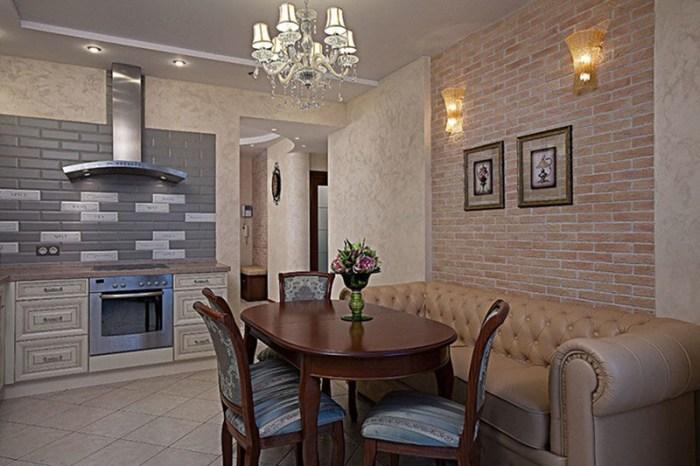 Классический интерьер с обеденной зоной и бежевым кожаным диваном