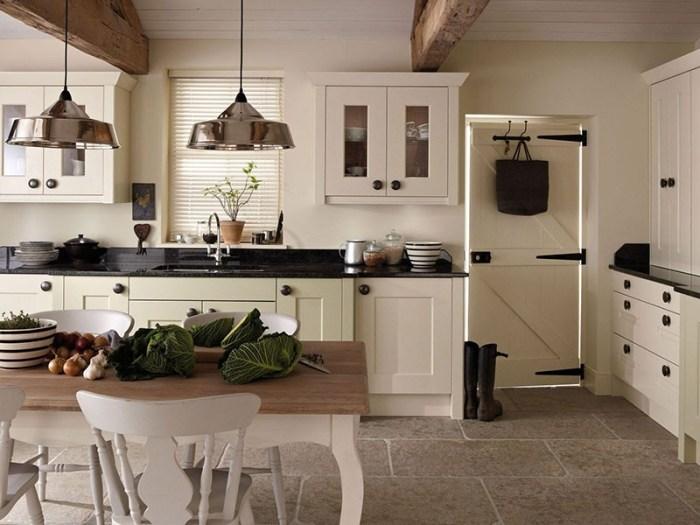 Черная столешница и черная фурнитура на мебели и дверях кухни