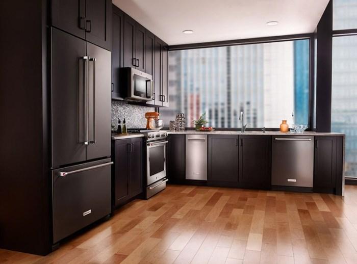 Деревянный пол на черной кухне