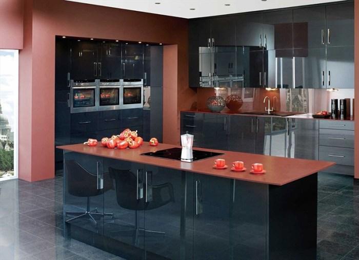 Карминовый красный на стенах и столешнице острова кухни