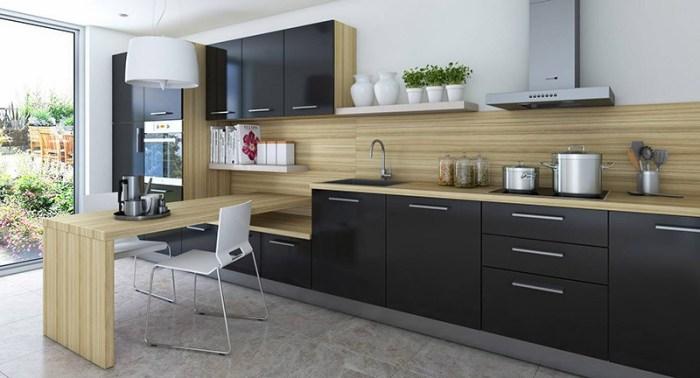 Светлое дерево и черные фасады кухни