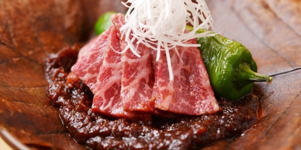 飛騨牛と万願寺唐辛子の朴葉味噌焼き