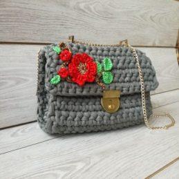 Heklana torba sa cvetnim detaljima