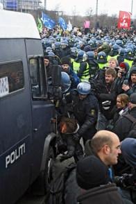 Keskiviikkona pidätettiin 260 ihmistä 4000 hengen kokoisesta Reclaim Power -mielenilmauksesta. Bella Centerin sisällä nähtiin myös YK:n viralliseen kokoukseen pettyneiden kansalaisjärjestöjen mielenosoitus. Se aikoi liittyä Climate Justice Actionin protestiin, mutta poliisi esti sen.