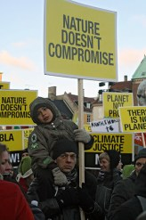 """YK:n ilmastokokouksessa ilmastonmuutosta punnitaan markkinamahdollisuutena. Vuosittaisen päästökaupan arvo on 1,2 miljardia dollaria. Etelä-Afrikan arkkipiispa Desmond Tutu julisti, että """"on parempi olla saavuttamatta sopimusta kuin tehdä huono sopimus. Tämä olisi katastrofi monille päättäjille, mutta sillä me kaikki muut välttäisimme todellisen katastrofin."""""""