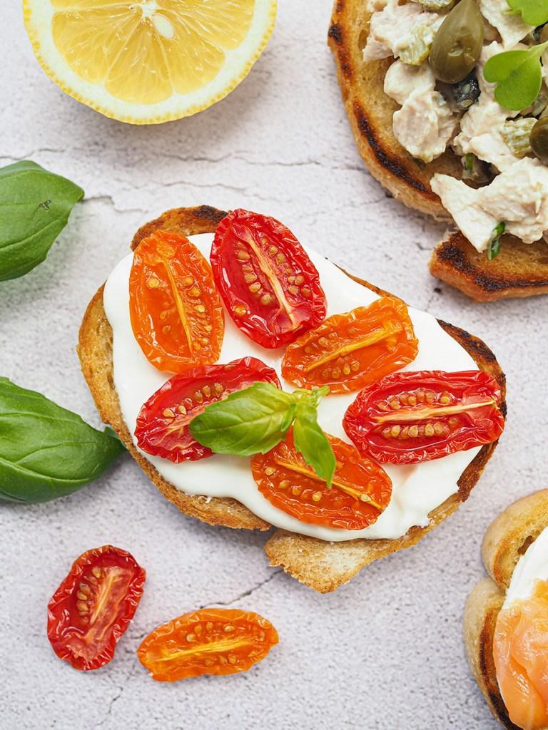 Makeiksi paahdetut tomaatit ja feta tartine-voileivän täytteinä