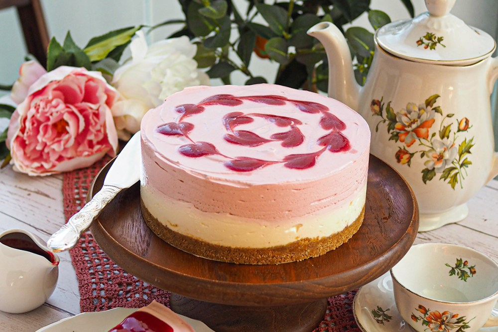 Valkosuklaa vadelma juustokakku on upea kesäisen juhlapöydän herkku