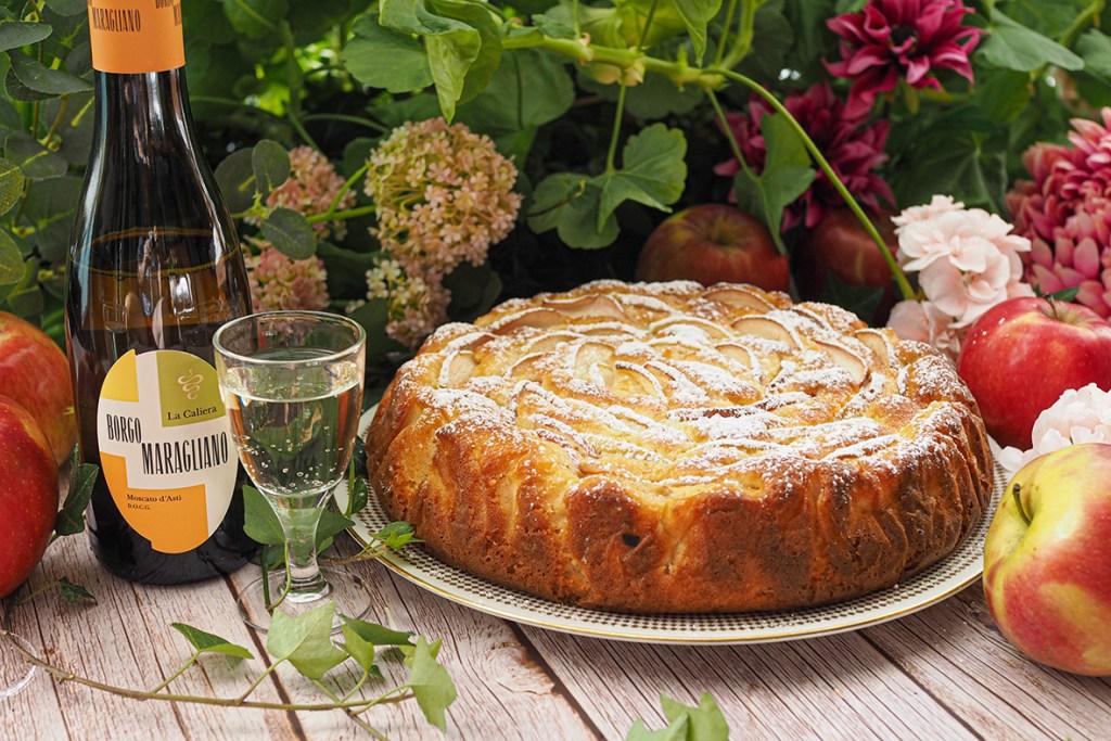 Mehevä italialainen mascarpone omenakakku ja pirskahtelevan raikas Borgo Maragliano La Caliera Moscato d´Asti -jälkiruokaviini.