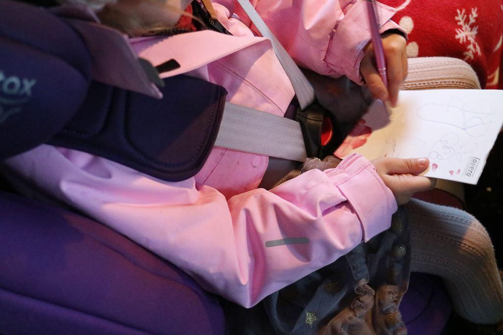 Ratgeber // Im Kindersitz bitte ohne dicke Jacke - sicheres Autofahren im Winter