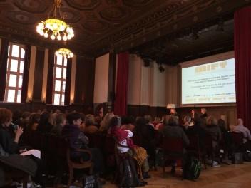 Dabei diskutierte Katja Eichinger mit der dänischen Autorin und Regisseurin Lone Scherfig sowie der Frankokanadierin Julie Bergero (Head of Industry Programs beim Festival von Cannes) über die Frage, wie man in Zeiten einer sich kontinuierlich ändernden Kinolandschaft neue Zuschauergruppen gewinnen und einen frischen Blick auf das eigene Werk bewahren kann.