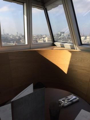 A lunch with a view: Aussicht aus dem Restaurant im 9. Stock der Tate Modern in London im Febura 2017