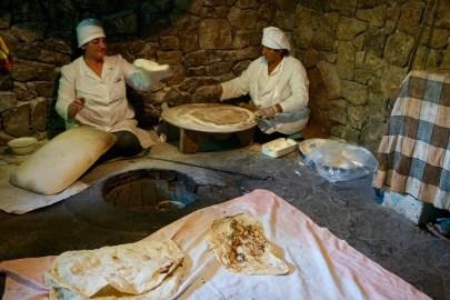 Lavash: Das ungesäuerte Fladenbrot wird mithilfe eines traditionellen Toniers (ein speziellen Tonofen) hergestellt
