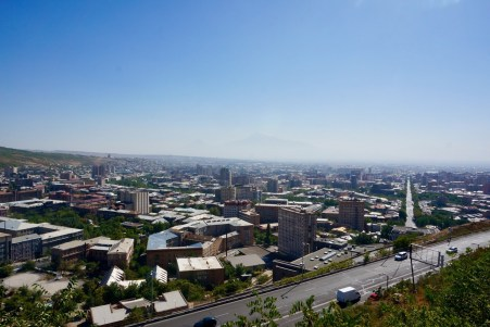 Ausblick auf Yerevan vom Haghtanak-Park aus