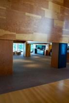 Eine ganz andere Architektursprache aus geraden Linien und rechten Winkeln eröffnet sich dem Besucher in der Lobby. Den Kern des Museums bildet nämlich eine ehemaligen Textilfabrik der Firma Ahlers, die 1959 von Walter Lippold errichtet wurde. Gehry ließ dieses Gebäude in seiner Grundstruktur weitestgehend unverändert.