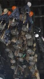 Zur Zeit der Kohlenförderung im Ruhrpott hatte jeder Arbeiter seinen eigenen Kauenkorb mit Schloss und Nummer. Wenn er zur Arbeit kam, liess er seinen Korb mit den privaten Kleidung an einem Stahlseil von der hohen Decke hinunter und zog seine Arbeitskleidung über. Nach der harten Arbeit untertags wurden die Klamotten im Kauenkorb wieder hinaufgezogen.