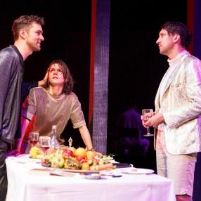 """Nils Strunk, Lilith Häßle und Thomas Lettow in """"antigone lebt*"""" (Regie: Rikki Henry) © Konrad Fersterer"""