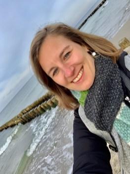 """Lena mit dem """"Brigitte Schal fürs Leben 2019"""" am Meer"""