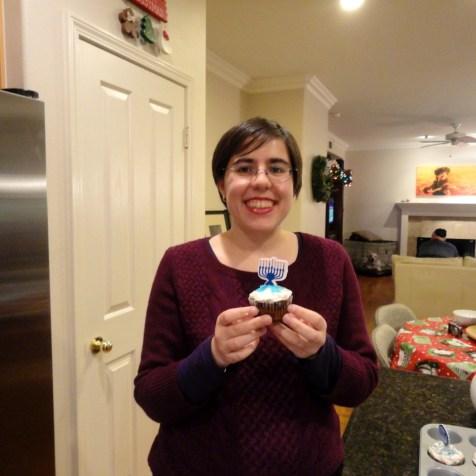 Lilly Maier hält einen selbstgebackenen Chanukka-Cupcake © Privatbesitz Lilly Maier