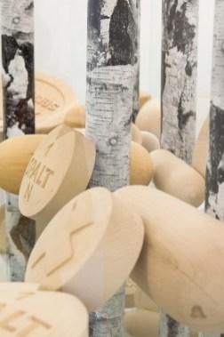 Martin Kippenberger Jetzt geh ich in den Birkenwald, denn meine Pillen wirken bald, 1993 Holz, Kunststoff, Siebdruck, Glas, Messing 173 x 160 x 71 cm © Sammlung Johann Widauer Foto: ERES-Stiftung, Thomas Dashuber