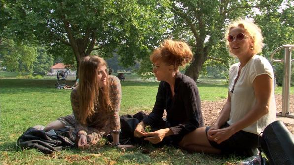 Bild 03. Helene Hegemann, Sibylle Berg und Katja Riemann - Gespraechsrunde im Park