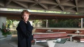 Bild 04. Sibylle Berg besichtigt das Lautner-Haus in Los Angeles