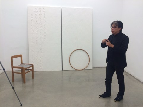 Künstler H.H. LIm vor seinem Kunstwerk in der Galerie König