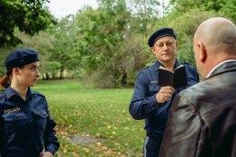 Filmstill: Richard Schuberth als Polizist und Christina Scherrer als Polizistin © Igor Ripak
