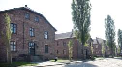 """Im Vordergrund der Block 17 des heutigen """"Staatlichen Museums Auschwitz-Birkenau"""""""