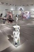 Ausstellungsansicht VIENNA BIENNALE 2017: Roboter. Arbeit. Unsere Zukunft ARTIFICIAL TEARS. Singularität & Menschsein – Eine Spekulation, MAK-Ausstellungshalle. Im Vordergrund: Jean-Marie Appriou, Eco-Bath, 2017 © Aslan Kudrnofsky/MAK