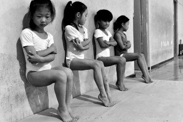 Vier Schülerinnen einer Turnschule in Xuzhou, China. Alltagsleben – Zweiter Preis, Einzelbilder © Wang Tiejun Titel: Der Schweiß macht die Sieger