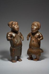 Zwei Hofzwerge Königtum Benin, Nigeria, 14./15. Jh. Gelbguss H. 59 cm; H. 60 cm © KHM-Museumsverband