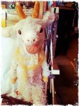 In der Ziegen One Man Show geht es um Monsieur Seguin, der eine kleine Landwirtschaft mit Hühnern, Schweinchen, Hasen und mit der kleinen Ziege Blanchette hat. M. Seguin und Blanchette leben in einer wohlhabenden Welt. © HipstamaticPhoto