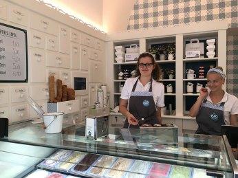 Gerne beraten die Verkäuferinnen beim Eis Greissler unschlüssige Kundinnen und Kunden