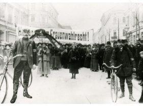 """Wahlrechtsdemonstration der SDAP in Ottakring 1913 (Foto: Kreisky-Archiv) zu sehen in der Ausstellung """"Sie meinen es politisch"""" 100 Jahre Frauenwahlrecht http://frauenwahlrecht.at/"""