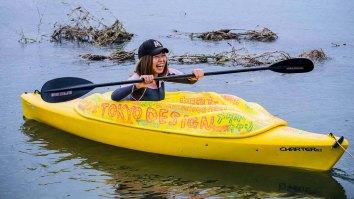 Die japanische Künstlerin Rokudenaschiko in ihem Vagina-Boot © Filmladen Filmverleih