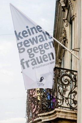 """Fahne zur Ausstellung """"Am Anfang war ich sehr verliebt …"""" 40 Jahre Wiener Frauenhäuser, die bis Herbst 2018 im Volkskundemuseum Wien zu sehen war"""