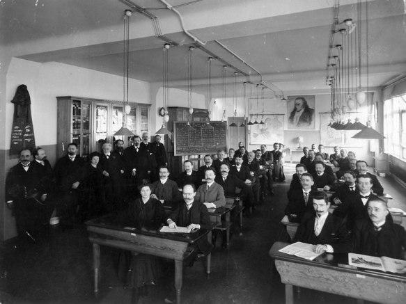 Besuch des Parteivorstandes im Jahr 1907 bei der Reichsparteischule der SPD. Dozentin Rosa Luxemburg (stehend vierte von links) Quelle: Wikipedia