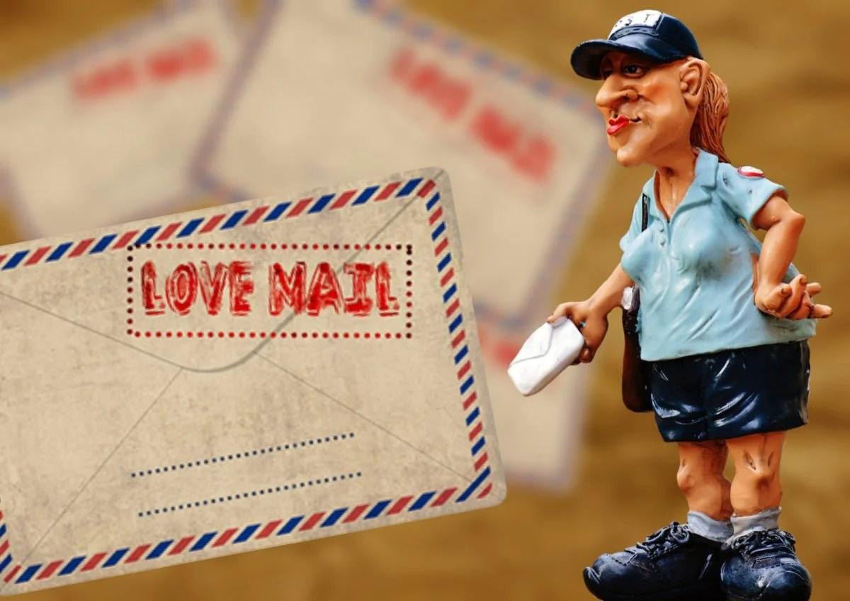 Briefträgerin und Umschlag