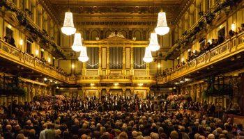 Das Publikum nimmt an einem Konzert im Musikverein Wien teil, in dem klassische Musik gespielt wird