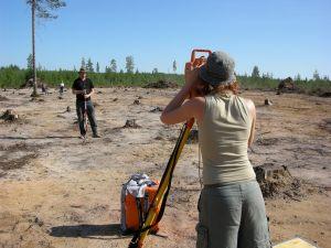Daniel Eriksson & Frida Palmbo mäter med totalstation vid undersökningarna längs med Haparandabanan 2007 © Norrbottens museum