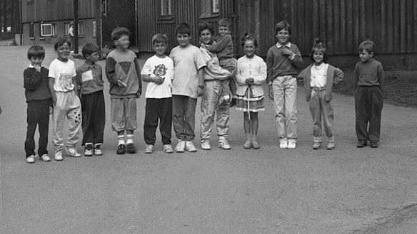 Flyktingbarn utanför en flyktingförläggning. Foto: Rolf Kaarlenkaski © Norrbottens museum