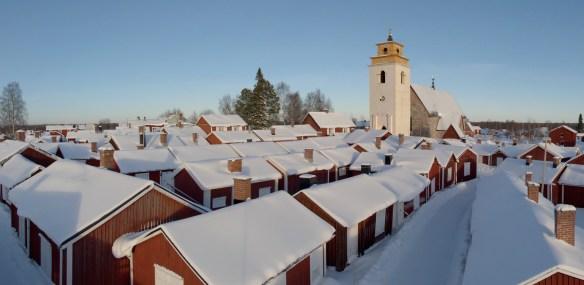 Gammelstads kyrkstad med kyrkan i bakgrunden. Foto Daryoush Tahmasebi © Norrbottens museum.